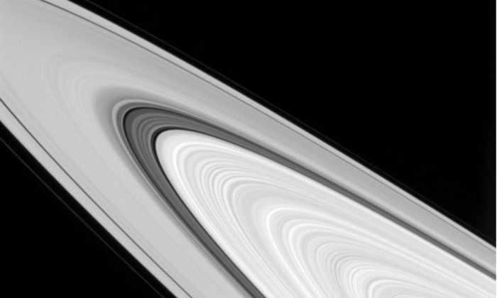 «Кассини» сделал детальное фото колец Сатурна