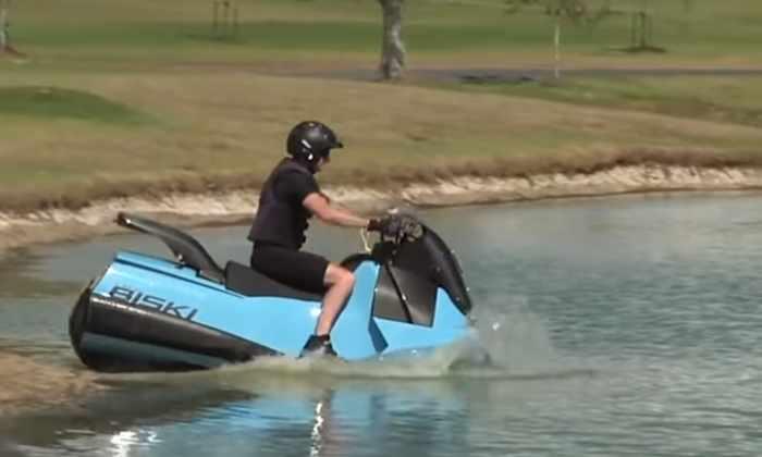 Видео: мотоцикл трансформируется из наземного в водный за 5 секунд