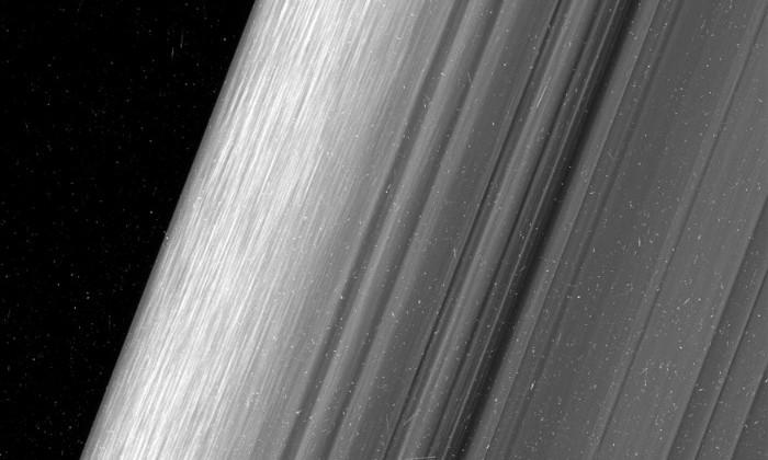 «Кассини» сфотографировал кольца Сатурна с максимально близкого расстояния