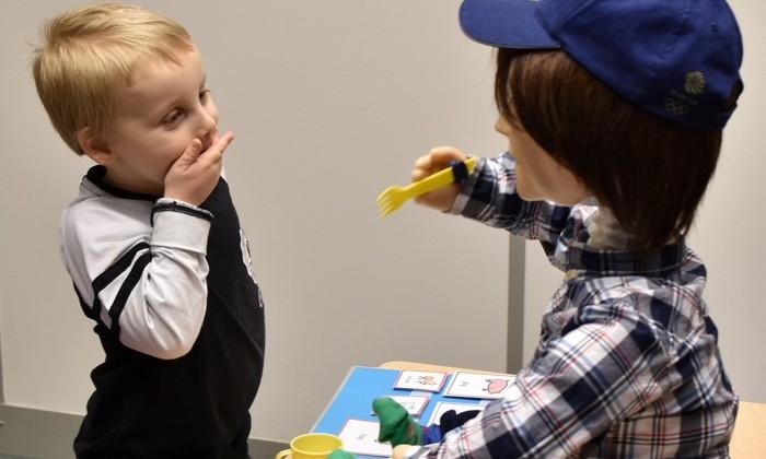 Британский робот помогает детям-аутистам развивать социальные навыки