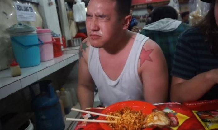 Блогер оглох на 2 минуты после того, как съел индонезийскую «лапшу смерти»