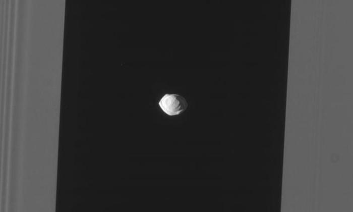 Фото дня: у крошечного спутника Сатурна оказалась очень странная форма