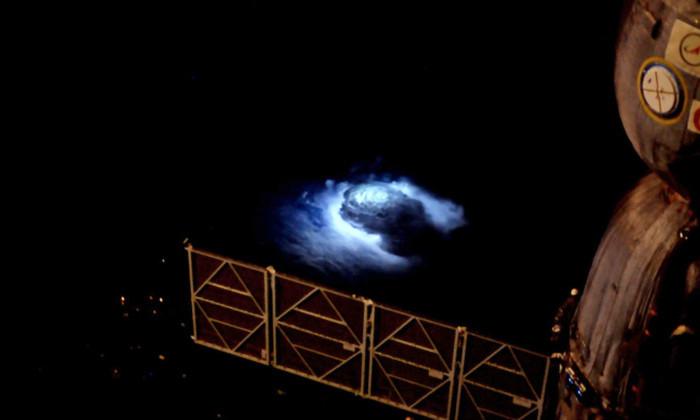Астронавт заснял неуловимую голубую молнию с борта МКС