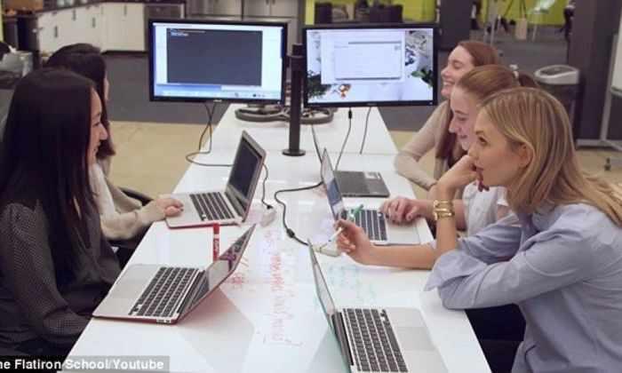 Манекенщица научит школьниц программировать
