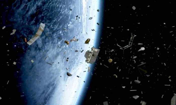 Рядом с МКС пролетит кусок космического мусора