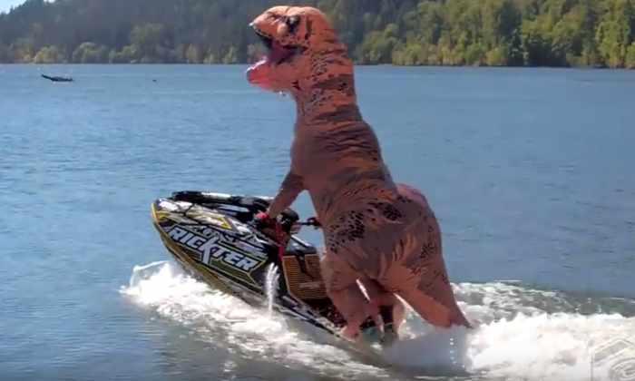 «Тираннозавр» рассекает по озеру, выполняя сальто на гидроцикле