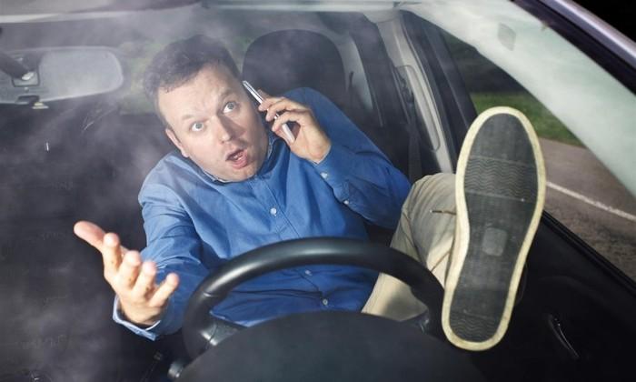 Разговаривать за рулем опасно. И не только по телефону