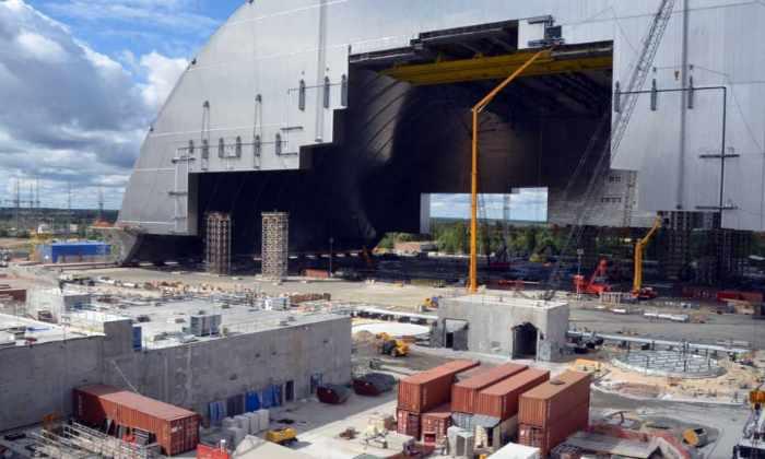 Над Чернобыльской АЭС начали установку защитной стальной арки