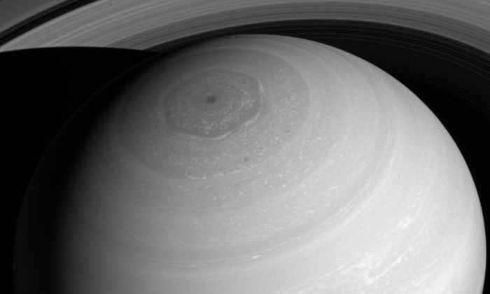 «Кассини» сфотографировал Сатурн сверху
