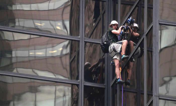 В США парень забрался на 58-этажную штаб-квартиру Трампа с помощью присосок