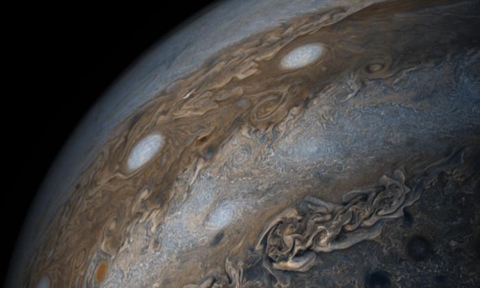 Фото дня: разноцветные облака и бури Юпитера вблизи