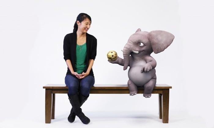 человек и слон на скамейке