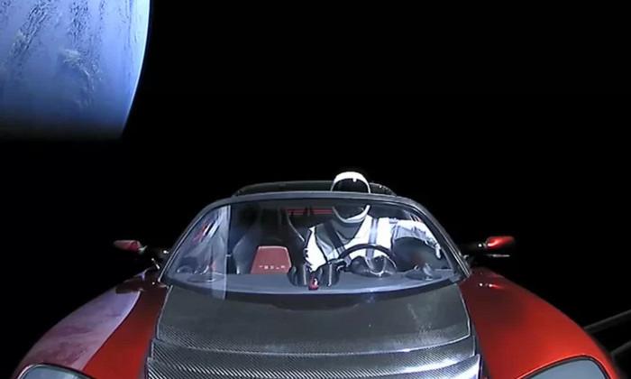 Почему изображение Tesla Roadster в космосе выглядит фальшиво. Объясняет химик
