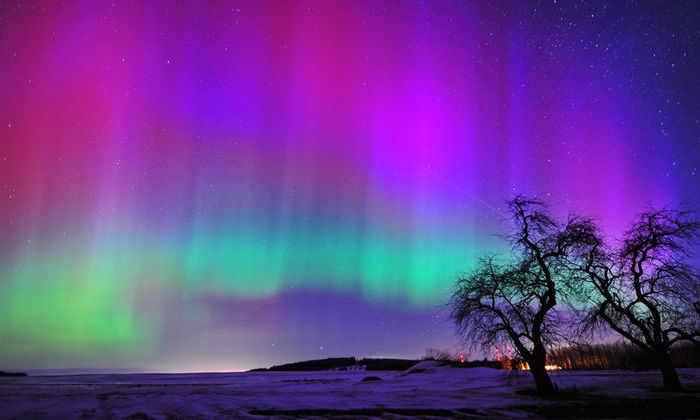 Северное сияние двигается в такт магнитному полю Земли