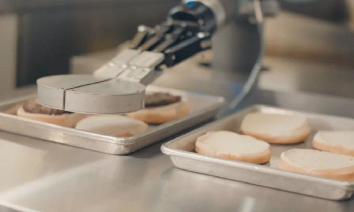 В калифорнийском ресторане заработал робот, готовящий бургеры