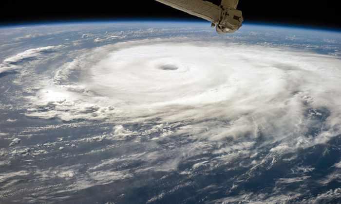 Камера МКС поймала в объектив сразу 3 земных урагана