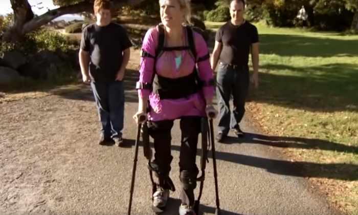 Видео: экзокостюм вернул парализованной женщине возможность ходить