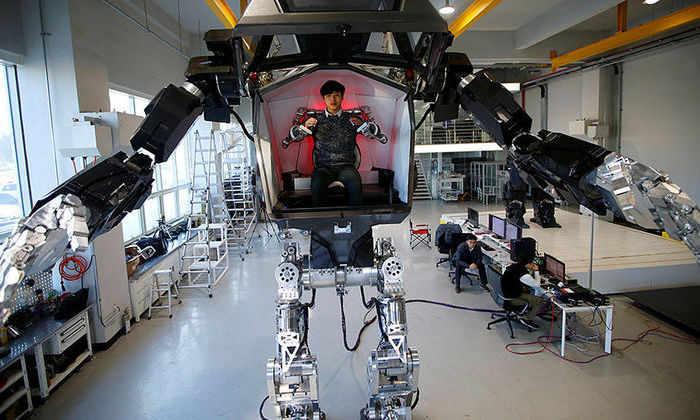 Первый в мире пилотируемый двуногий робот сделал первые шаги в Южной Корее