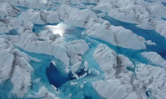 Рекордно раннее таяние гренландских ледников объяснили погодой