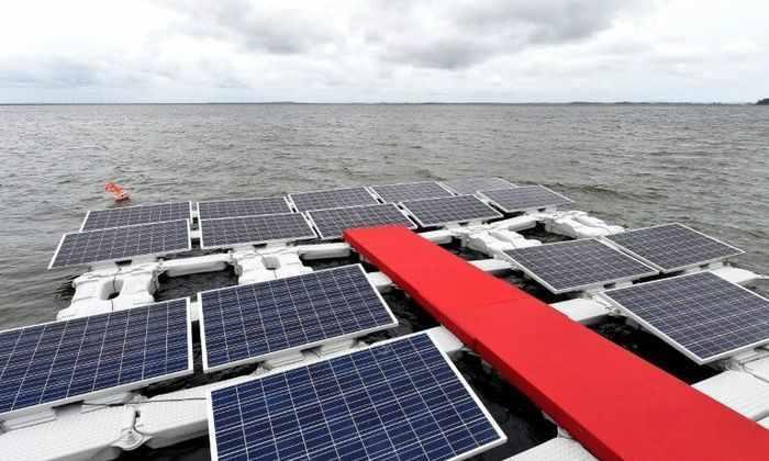 Бразильцы заряжают солнечные панели на поверхности озера