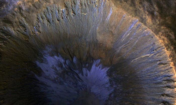 Зонд NASA сфотографировал следы тающего льда в кратере Марса