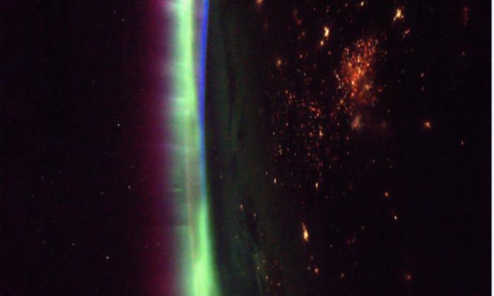 Фото дня: полярное сияние из космоса
