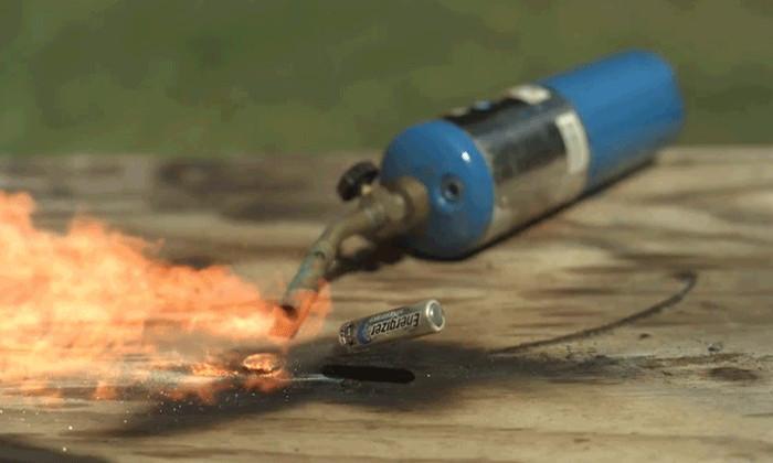 Видео: что происходит с батарейками при поджоге