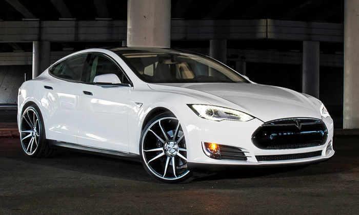 Хакеры смогли удаленно управлять Tesla Model S во время движения