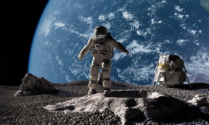 Россия начнет доставлять туристов к Луне с 2022 года