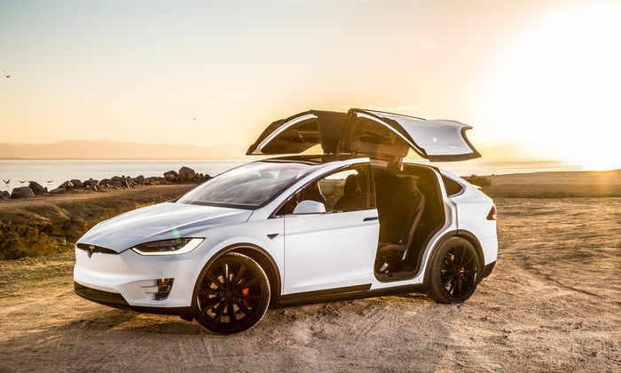 Tesla могла втайне отключить датчики безопасности на дверях в Model X