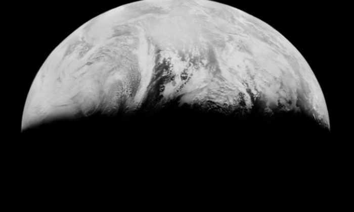 Первые фото Земли с Луны могли быть утеряны, если бы не 3 человека и старый Макдональдс