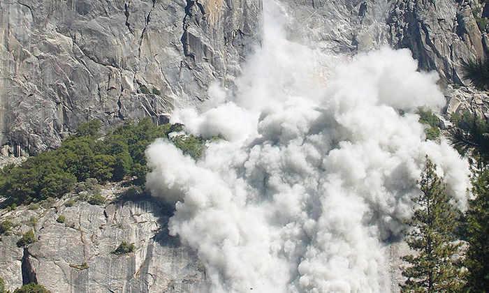 Теплая погода в горах вызывает камнепады