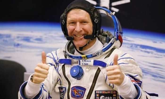 Астронавт показал, как справлять нужду в космосе