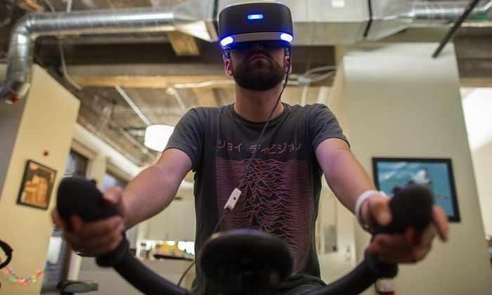 Англичанин путешествует навелотренажёре вочках виртуальной реальности