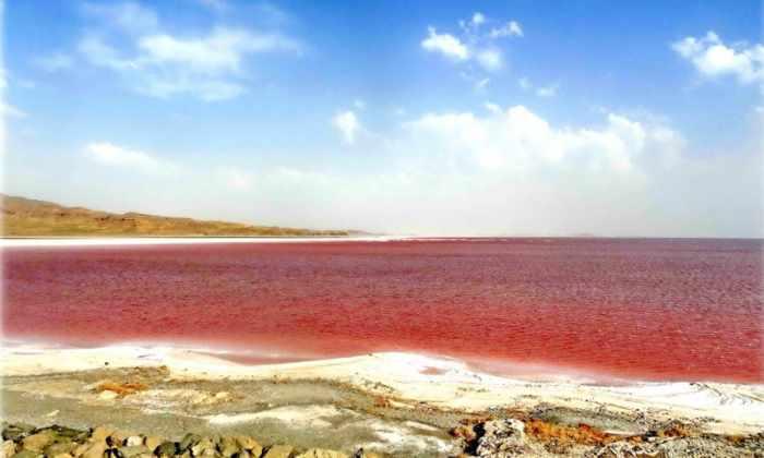 Озеро поменяло цвет с зеленого на красный всего за 3 месяца