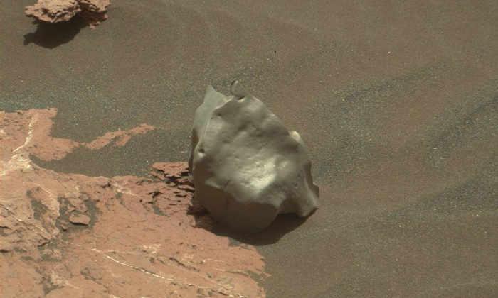 Ядро астероида: марсоход Curiosity нашел камень, похожий на необычный метеорит