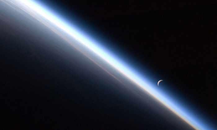 Летающую лунную пыль воссоздали на Земле. Теперь ясно, почему она летает и светится
