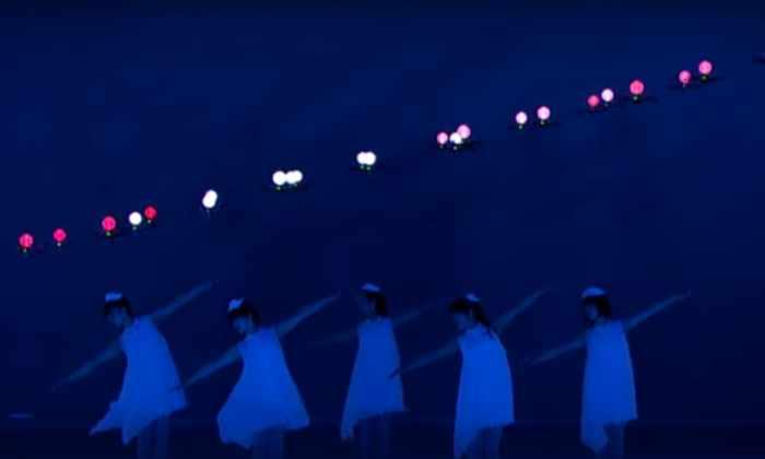 Видео: светящиеся дроны танцуют вместе с людьми