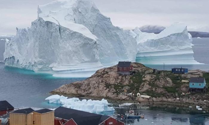 Айсберг в 12 млн тонн угрожает гренландской деревне