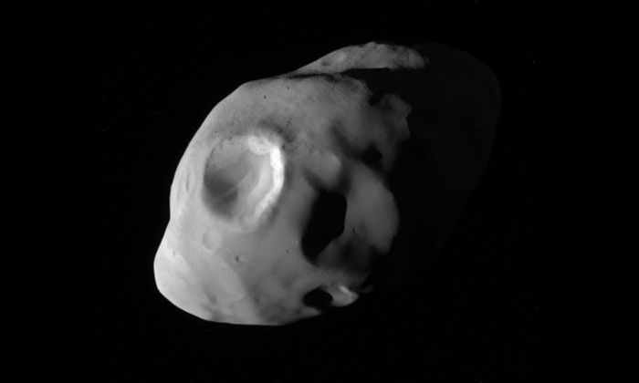 Фото дня: из самых близких снимков спутника Сатурна – Пандоры