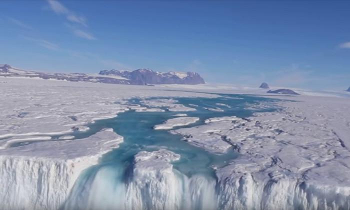 Видео дня: в Антарктиде засняли водопад шириной 120 метров