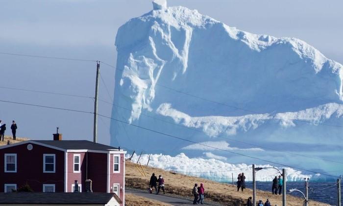 Фото дня: в канадскую деревню приплыл гигантский айсберг