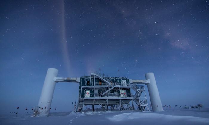 Нейтринная обсерватория IceCube впервые «увидела» сразу три нейтрино
