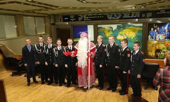 Дед Мороз поздравил экипаж МКС из Центра управления полетами