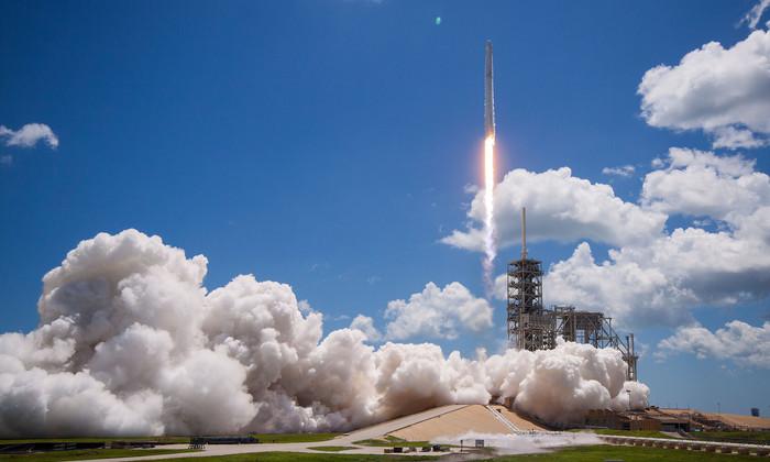 Супер точная и мягкая посадка: Илон Маск выложил фото и видео запуска SpaceX
