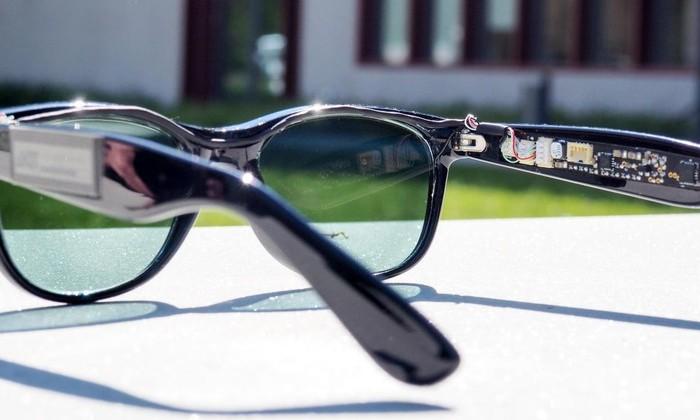 В солнцезащитные очки встроили солнечные батареи. Зачем – хороший вопрос