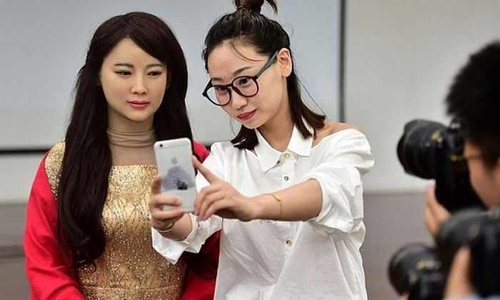 Китайский робот-гуманоид появился в обществе и смог поддержать беседу