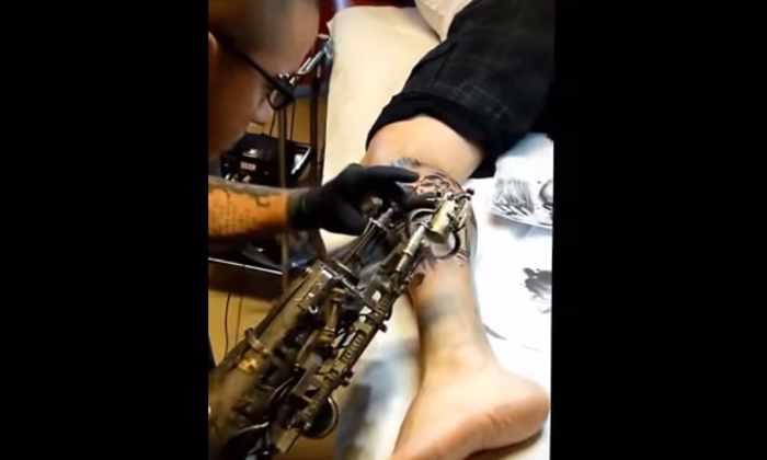 Видео: во Франции разработали протез руки для татуировщика со встроенной тату-машиной