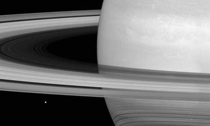 «Кассини» сделал общее фото Сатурна и его спутника Мимаса