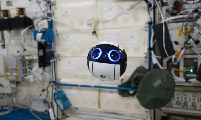 На МКС заработал робот-компаньон. Это беспилотная камера